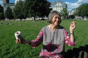 Solveig Orstad Teigen med en kone håndspunnet lin