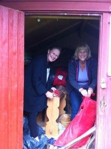 Blakkestad Annechen og Hanne ser på redskap