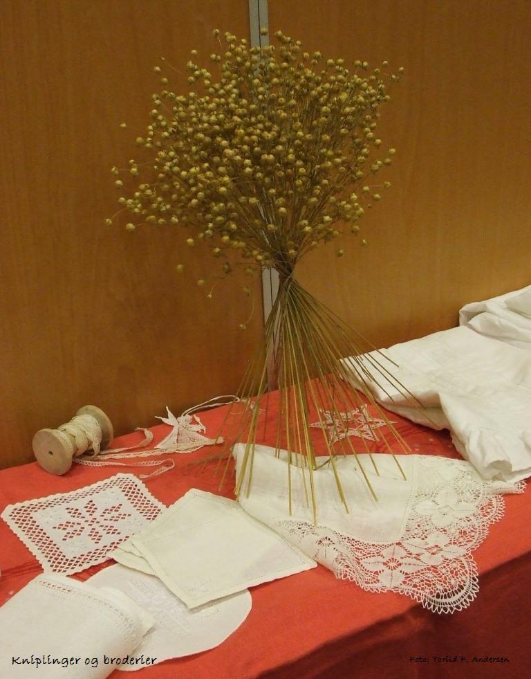 Utstilling fra årsmøte 2007, dekorasjon, brodering, knipling.