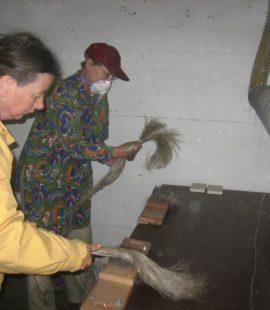 Ineke og Hanne hekler lin på Apelsvoll