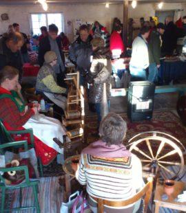 Julemarked Våle Prestegård des. 2011. Mange linspinnere og mange besøkende